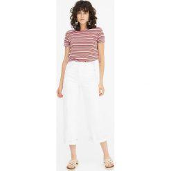 Koszulka basic w kolorowe paski. Szare t-shirty damskie marki Pull&Bear, w kolorowe wzory. Za 29,90 zł.