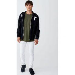 Białe jeansy skinny fit. Białe jeansy męskie relaxed fit marki Pull&Bear. Za 75,90 zł.