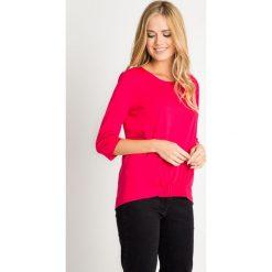 Malinowa bluzka z marszczeniem z przodu QUIOSQUE. Różowe bluzki asymetryczne QUIOSQUE, z jeansu, z asymetrycznym kołnierzem, z krótkim rękawem. W wyprzedaży za 39,99 zł.