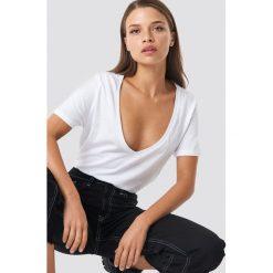 NA-KD Basic T-shirt z dekoltem V - White. Różowe t-shirty damskie marki NA-KD Basic, z bawełny. Za 52,95 zł.