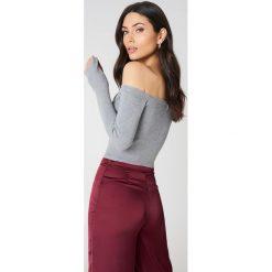 NA-KD Sweter z odkrytymi ramionami - Grey. Szare swetry klasyczne damskie NA-KD, z dzianiny. W wyprzedaży za 70,98 zł.