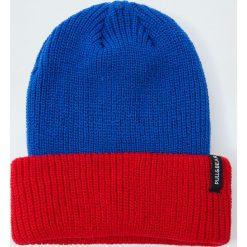 Dzianinowa czapka z panelami. Niebieskie czapki męskie marki Pull&Bear, z dzianiny. Za 59,90 zł.