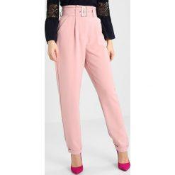 Lost Ink Petite PAPERBAG WAIST CIGARETTE TROUSER Spodnie materiałowe light pink. Czerwone spodnie z wysokim stanem Lost Ink Petite, z materiału. Za 189,00 zł.