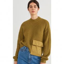 Krótki sweter z kieszenią ReDesign - Żółty. Żółte swetry klasyczne damskie marki Mohito, l, z dzianiny. Za 199,99 zł.