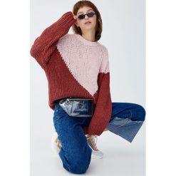 Szenilowy sweter z kolorowymi panelami. Czerwone swetry klasyczne damskie Pull&Bear. Za 79,90 zł.
