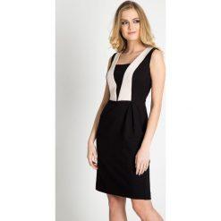 Czarna błyszcząca sukienka ze wstawkami QUIOSQUE. Czarne sukienki balowe marki QUIOSQUE, na imprezę, w geometryczne wzory, z tkaniny, bez rękawów, midi, trapezowe. W wyprzedaży za 89,99 zł.
