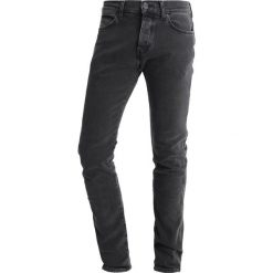 Wrangler SPENCER Jeansy Slim Fit black dirt. Szare jeansy męskie marki Wrangler, l, z poliesteru, z kapturem. W wyprzedaży za 287,10 zł.