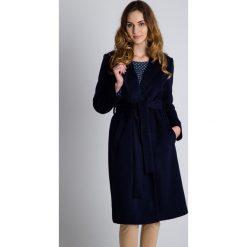 Płaszcze damskie pastelowe: Szlafrokowy płaszcz z paskiem w talii BIALCON