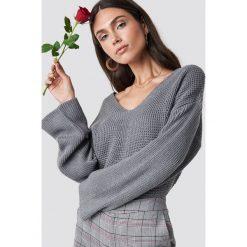 Dilara x NA-KD Sweter z dekoltem V - Grey. Szare swetry klasyczne damskie Dilara x NA-KD, z dzianiny. Za 161,95 zł.