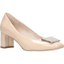 Czółenka ODETTA. Brązowe buty ślubne damskie Gino Rossi, w geometryczne wzory, z lakierowanej skóry, na wysokim obcasie, na płaskiej podeszwie. Za 199,90 zł.