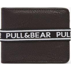 Czarny portfel z gumką z logo. Czarne portfele męskie Pull&Bear. Za 59,90 zł.