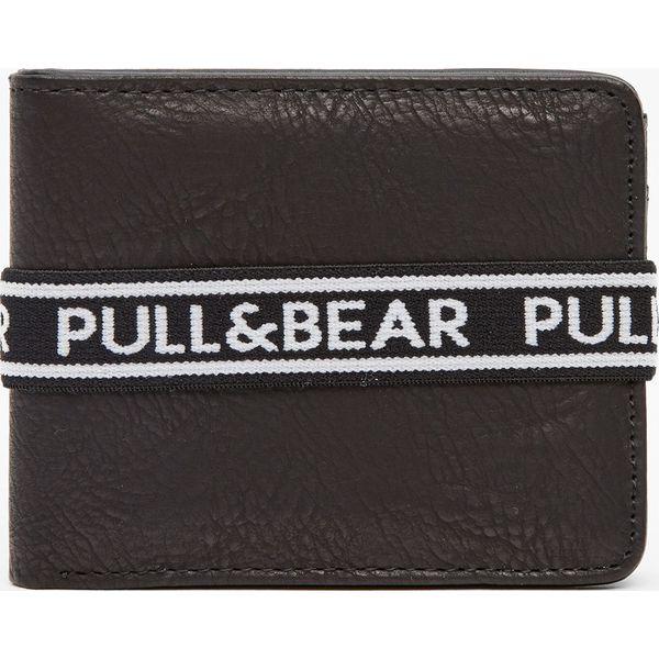 11e5e522fe975 Czarny portfel z gumką z logo - Czarne portfele męskie Pull Bear ...