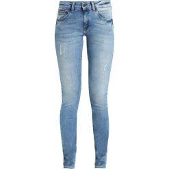 Tommy Jeans LOW RISE SKINNY SOPHIE Jeans Skinny Fit dynamic balmy light blue. Niebieskie jeansy damskie relaxed fit marki Tommy Jeans. W wyprzedaży za 384,30 zł.