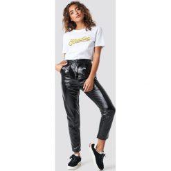 Spodnie damskie: NA-KD Trend Lakierowane spodnie z wysokim stanem - Black