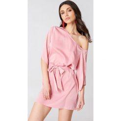 Sukienki asymetryczne: Hannalicious x NA-KD Sukienka na jedno ramię z wiązaniem – Pink