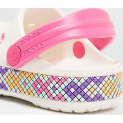 Crocs CROCBAND GALLERY Sandały kąpielowe oyster. Czarne sandały chłopięce marki Crocs, z materiału. Za 149,00 zł.