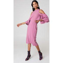 NA-KD Sukienka z wiązaniem na szyi - Pink. Niebieskie sukienki na komunię marki Reserved, z odkrytymi ramionami. W wyprzedaży za 64,78 zł.