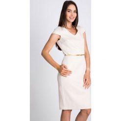 Sukienki: Beżowa sukienka ze złotym paskiem  QUIOSQUE