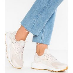Tenisówki damskie: Nike Sportswear AIR HUARACHE RUN Tenisówki i Trampki desert sand/summit white/guava ice/light brown