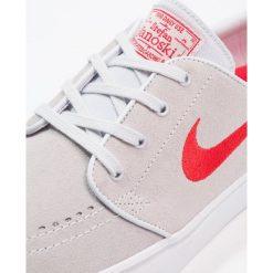 Nike SB ZOOM STEFAN JANOSKI Tenisówki i Trampki pure platinum/university red/black/white. Białe trampki męskie Nike SB, z materiału. W wyprzedaży za 287,20 zł.