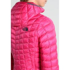 The North Face THERMOBALL HOODIE VAPOROUS Kurtka Outdoor petticoat pink. Różowe kurtki sportowe damskie marki The North Face, m, z nadrukiem, z bawełny. W wyprzedaży za 519,35 zł.