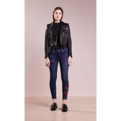True Religion JENNI ROSES Jeans Skinny Fit dark blue. Niebieskie rurki damskie True Religion. W wyprzedaży za 881,30 zł.