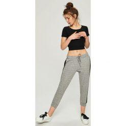 Spodnie dresowe damskie: Spodnie dresowe z lampasami – Jasny szar