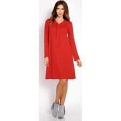 Czerwona Sukienka Trapezowa z Krawatką. Czerwone sukienki balowe marki Molly.pl, l, z jeansu, z dekoltem na plecach, z długim rękawem. Za 119,00 zł.