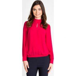 Malinowa bluzka ze stójką z wiązaniem QUIOSQUE. Różowe bluzki wizytowe QUIOSQUE, z tkaniny, biznesowe, ze stójką. W wyprzedaży za 49,99 zł.