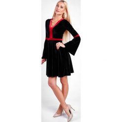 Sukienka welurowa z rozszerzanymi rękawami czarna 1600. Czarne sukienki Fasardi, l, z weluru. Za 59,00 zł.