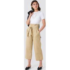 NA-KD Trend Szerokie spodnie bawełniane z wiązaniem w talii - Beige. Białe spodnie z wysokim stanem marki NA-KD Trend, z nadrukiem, z jersey, z okrągłym kołnierzem. Za 202,95 zł.