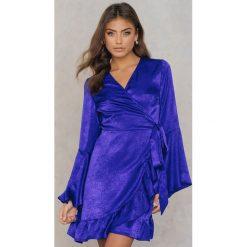 Qontrast X NA-KD Satynowa sukienka kopertowa - Blue. Fioletowe sukienki na komunię Qontrast x NA-KD, z satyny, z kopertowym dekoltem, kopertowe. W wyprzedaży za 80,98 zł.