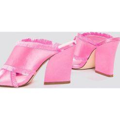 Chodaki damskie: NA-KD Shoes Satynowe klapki na obcasie Cross - Pink