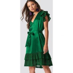 NA-KD Party Sukienka z brokatowymi falbankami - Green. Zielone sukienki mini marki Emilie Briting x NA-KD, l. Za 141,95 zł.