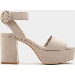 Szare sandały na obcasie z paskiem wokół kostki. Szare sandały damskie Pull&Bear, na obcasie. Za 69,90 zł.