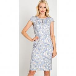 Ołówkowa sukienka w duże niebieskie kwiaty QUIOSQUE. Niebieskie sukienki koronkowe marki QUIOSQUE, na imprezę, l, w kwiaty, z kopertowym dekoltem, z krótkim rękawem, mini, dopasowane. W wyprzedaży za 99,99 zł.