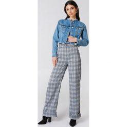 NA-KD Trend Krótka kurtka jeansowa - Blue. Niebieskie bomberki damskie NA-KD Trend, z bawełny. Za 202,95 zł.