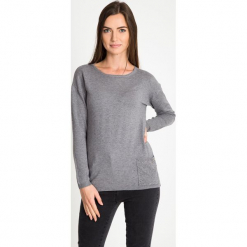 Szary sweter z kieszonką QUIOSQUE. Szare swetry klasyczne damskie QUIOSQUE, z dzianiny, z klasycznym kołnierzykiem. W wyprzedaży za 79,99 zł.