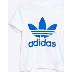 Adidas Originals - T-shirt dziecięcy 116-164 cm. Białe t-shirty chłopięce z nadrukiem adidas Originals, z bawełny, z okrągłym kołnierzem. W wyprzedaży za 79,90 zł.