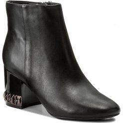 Botki GUESS - Bluesky FLBIC3 LEA09 BLACK. Czarne botki damskie na obcasie marki Guess, z materiału. W wyprzedaży za 419,00 zł.