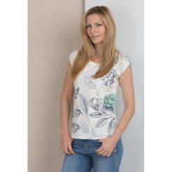 T-shirt z wiosennym nadrukiem. Szare t-shirty damskie marki Monnari, z bawełny, z dekoltem na plecach. Za 39,95 zł.