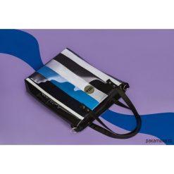 Torba damska w paski Cuboid. Niebieskie torebki klasyczne damskie marki Pakamera, w kolorowe wzory, z kolorowym paskiem. Za 280,00 zł.