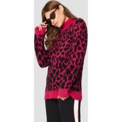 NA-KD Oversizowy sweter Leo - Pink,Multicolor. Różowe swetry klasyczne damskie NA-KD, z dzianiny. Za 202,95 zł.