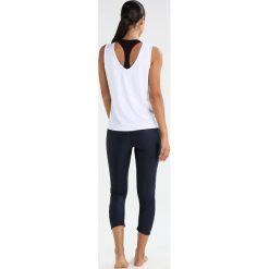 Casall YOGA GRAPHIC Top white. Białe topy damskie Casall, z elastanu. W wyprzedaży za 149,25 zł.