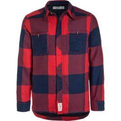 Abercrombie & Fitch PLAID Kurtka przejściowa red. Czerwone kurtki chłopięce przejściowe Abercrombie & Fitch, z bawełny. W wyprzedaży za 191,20 zł.