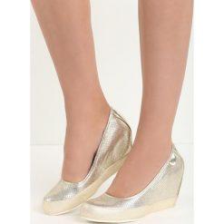 Złote Koturny Markis. Żółte buty ślubne damskie marki Born2be, ze skóry, z okrągłym noskiem, na niskim obcasie, na koturnie. Za 89,99 zł.