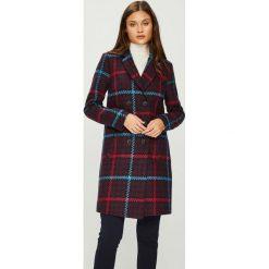 Answear - Płaszcz Femifesto. Brązowe płaszcze damskie marki ANSWEAR, l, z bawełny, klasyczne. W wyprzedaży za 259,90 zł.