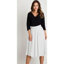 Spódniczki rozkloszowane: Rozkloszowana biała spódnica w groszki BIALCON