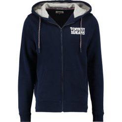 Tommy Jeans ESSENTIAL GRAPHIC ZIPTHRU Bluza rozpinana black iris. Niebieskie bluzy męskie rozpinane marki Tommy Jeans, m, z bawełny. W wyprzedaży za 404,10 zł.