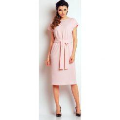 Jasno Różowa Prosta Midi Sukienka z Wiązanym Paskiem. Różowe sukienki na komunię marki numoco, l, z dekoltem w łódkę, oversize. Za 137,90 zł.